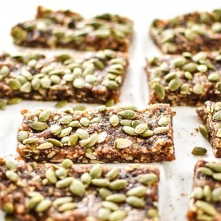 No-Bake Pumpkin Spice Date Nut Bars - Naturally sweetened with dates and full of pumpkin seeds! Homemade bars with that pumpkin spice life! - ProjectMealPlan.com